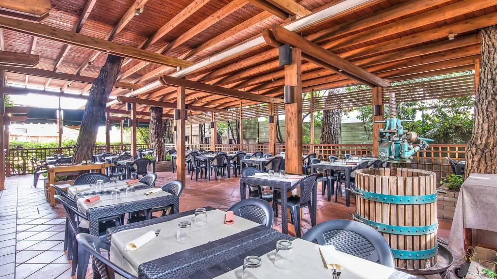 Hotel-La-Giocca-Roma-outside-tables-2