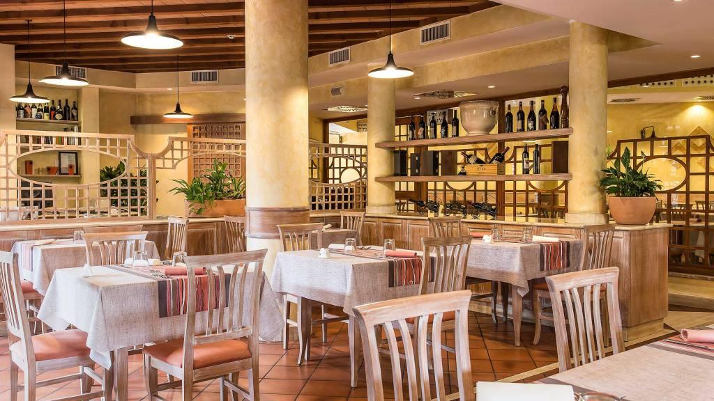 Hotel-La-Giocca-Roma-inside-tables