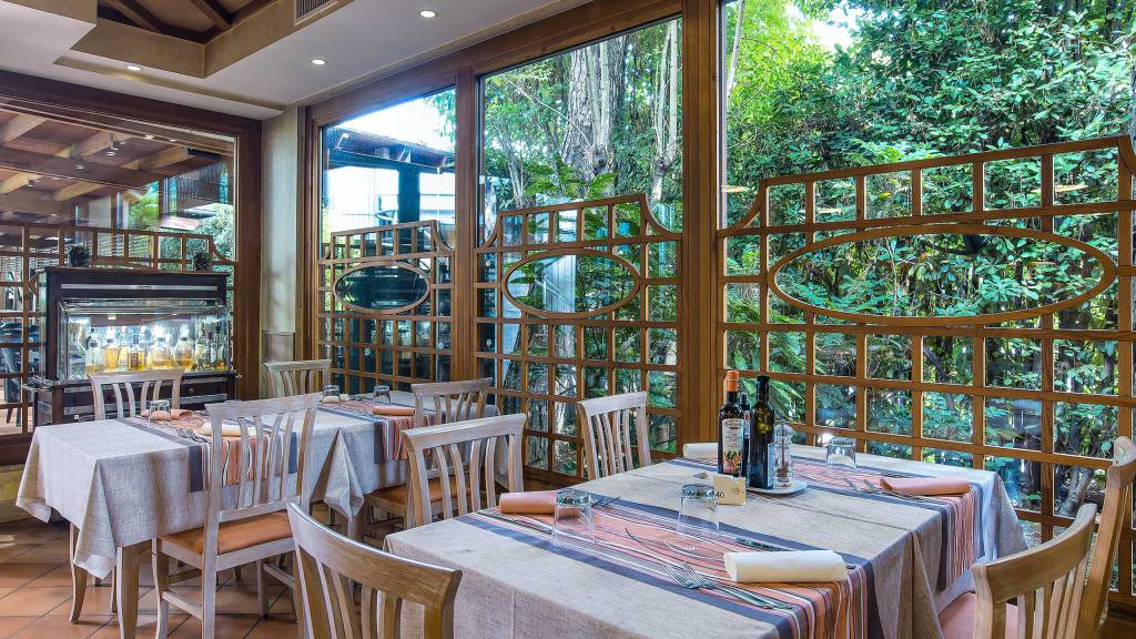 Hotel-La-Giocca-Roma-outside-tables-3