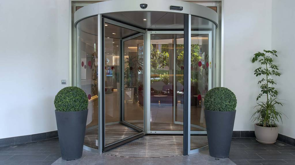 Hotel-La-Giocca-Roma-new-hall-red-outside-revolving-door-17