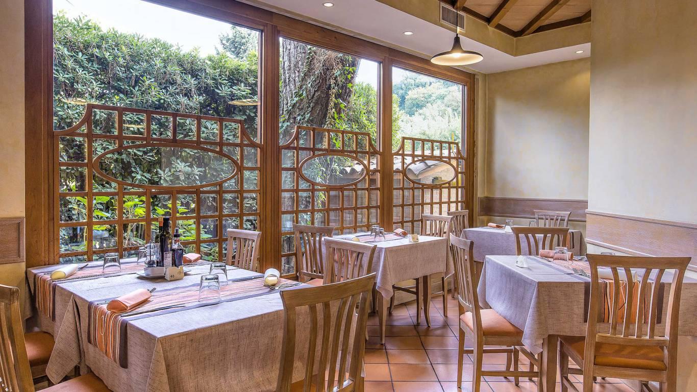 Hotel-La-Giocca-Roma-inside-tables-3