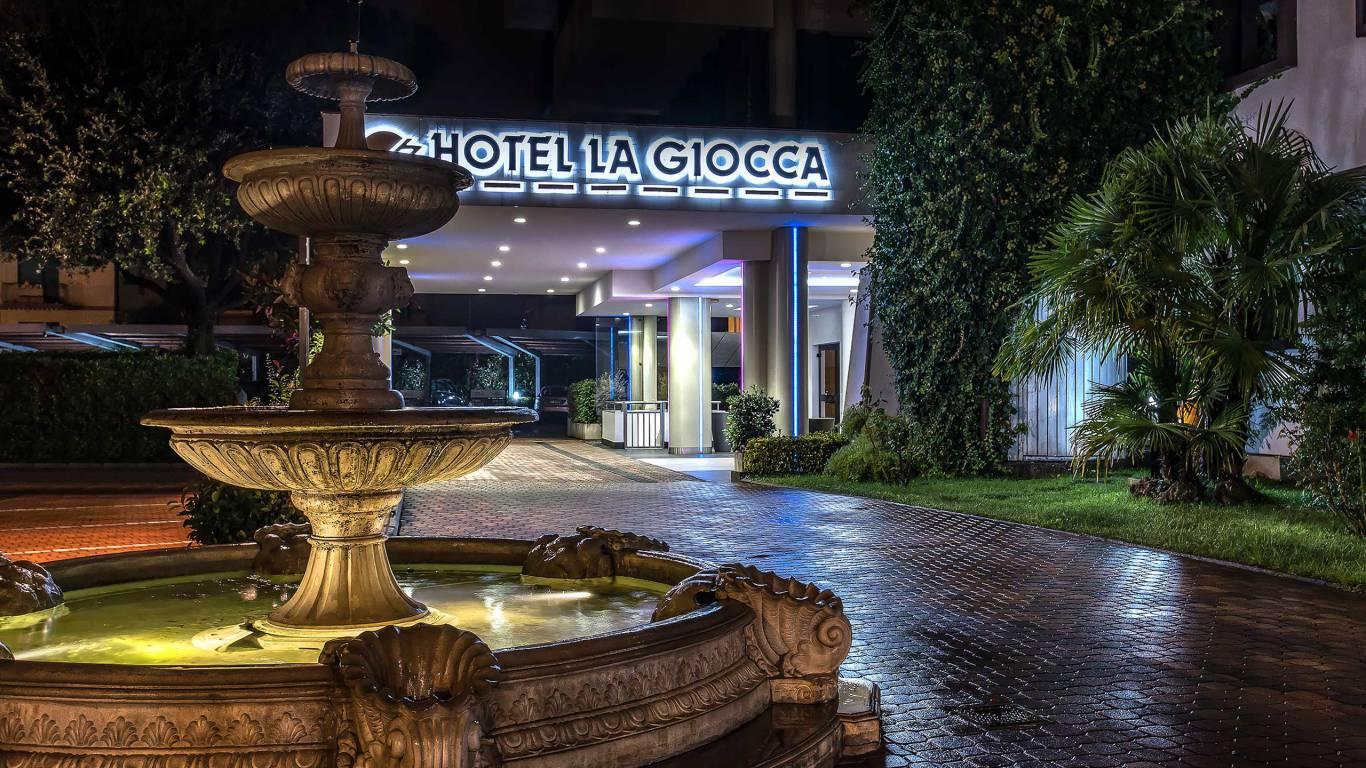 Hotel-La-Giocca-Roma-entry-evening-2