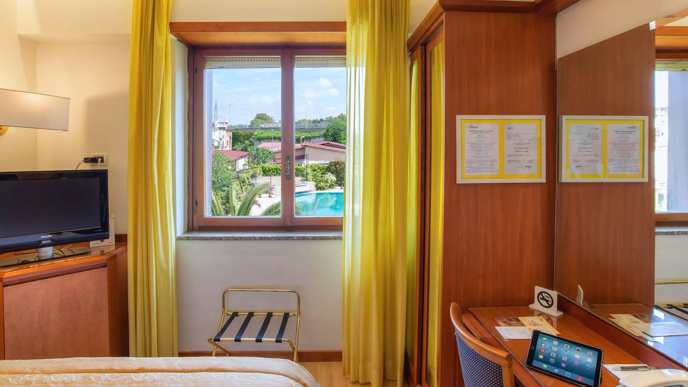 Hotel-La-Giocca-Roma-yellow-single-standard-room-2