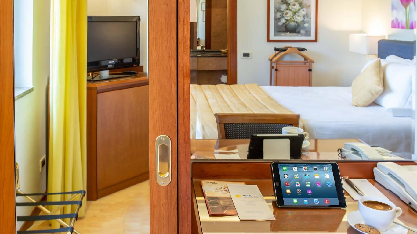 Hotel-La-Giocca-Roma-yellow-single-standard-room-4