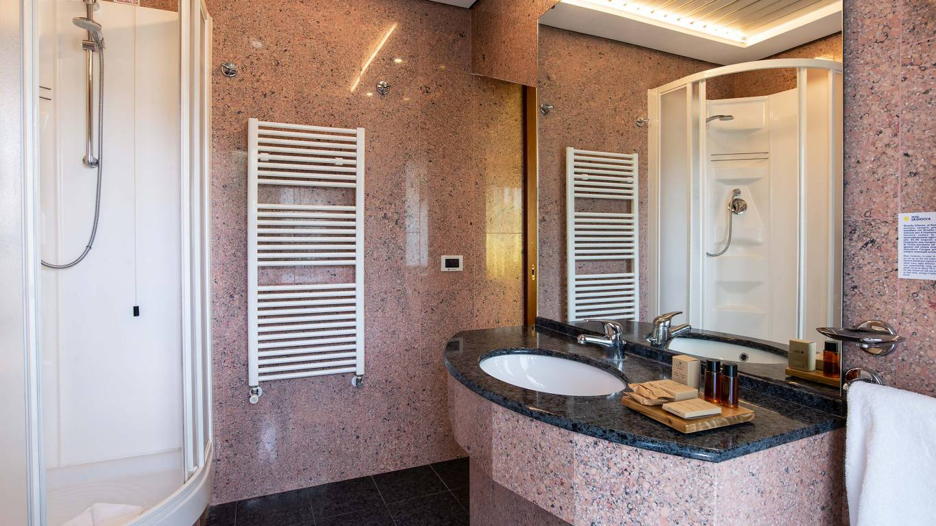 Hotel-La-Giocca-Roma-family-suite-room-bathroom-8