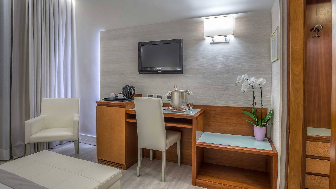 Hotel-La-Giocca-Roma-double-superior-room-TV-17
