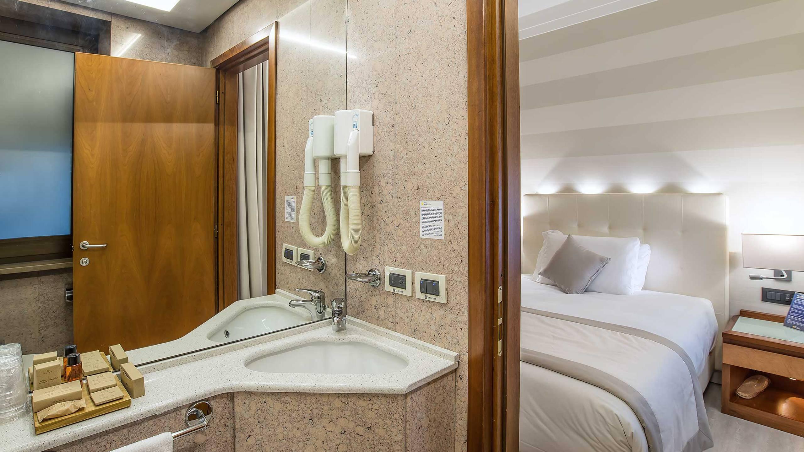 Hotel-La-Giocca-Roma-superior-single-room-bathroom-4