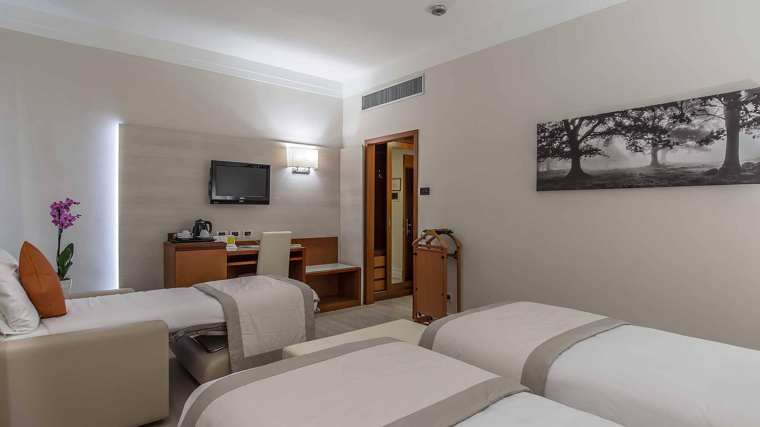 Hotel-La-Giocca-Roma-superior-triple-room-3