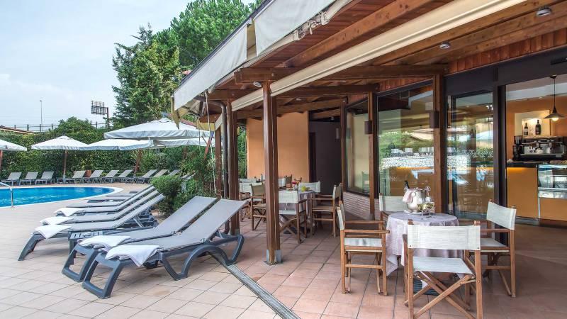 Hotel-La-Giocca-Roma-swimming-pool-bar
