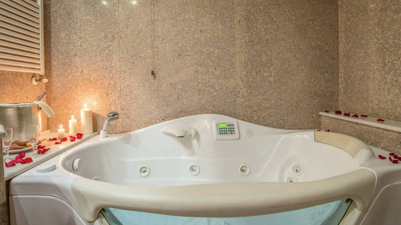 Hotel-La-Giocca-Roma-suite-bathroom-hydromassage-7