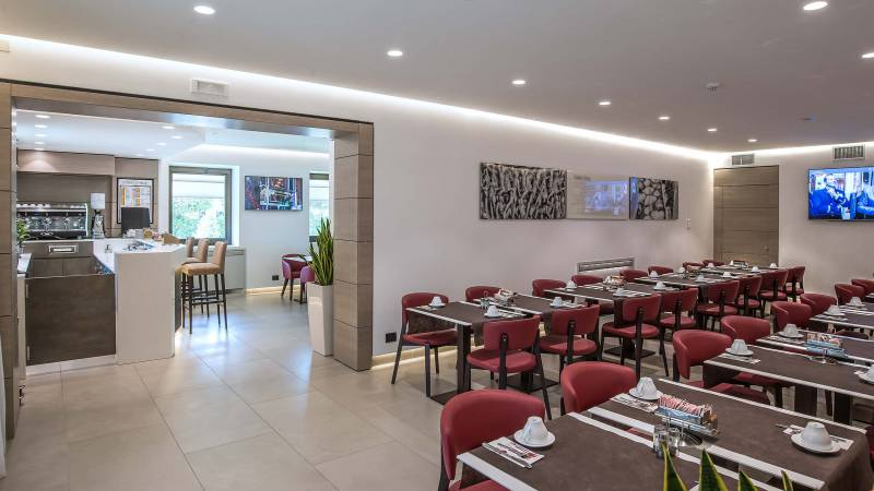 Hotel-La-Giocca-Roma-new-breakfast-room-red-chairs-2