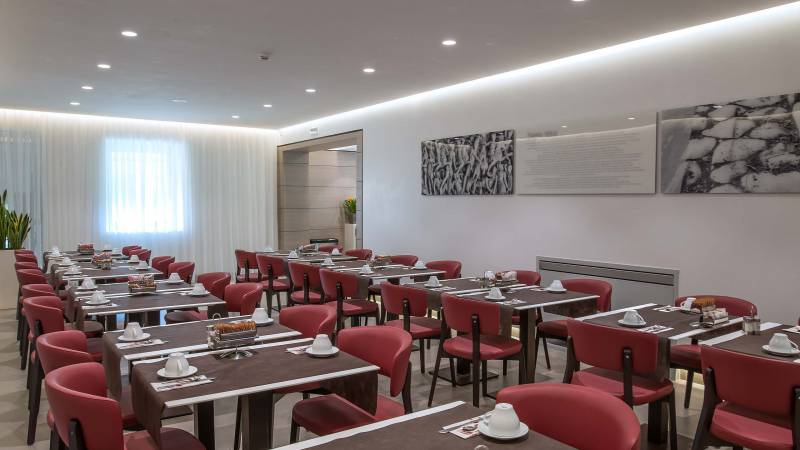 Hotel-La-Giocca-Roma-new-breakfast-room-red-chairs-4